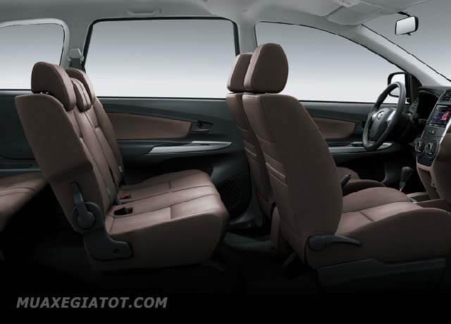 Các chi tiết khác trong khoang nội thất như bảng tablo, cần số, cửa xe... vv đều được Toyota thiết kế hướng tới sự giản đơn tối đa.