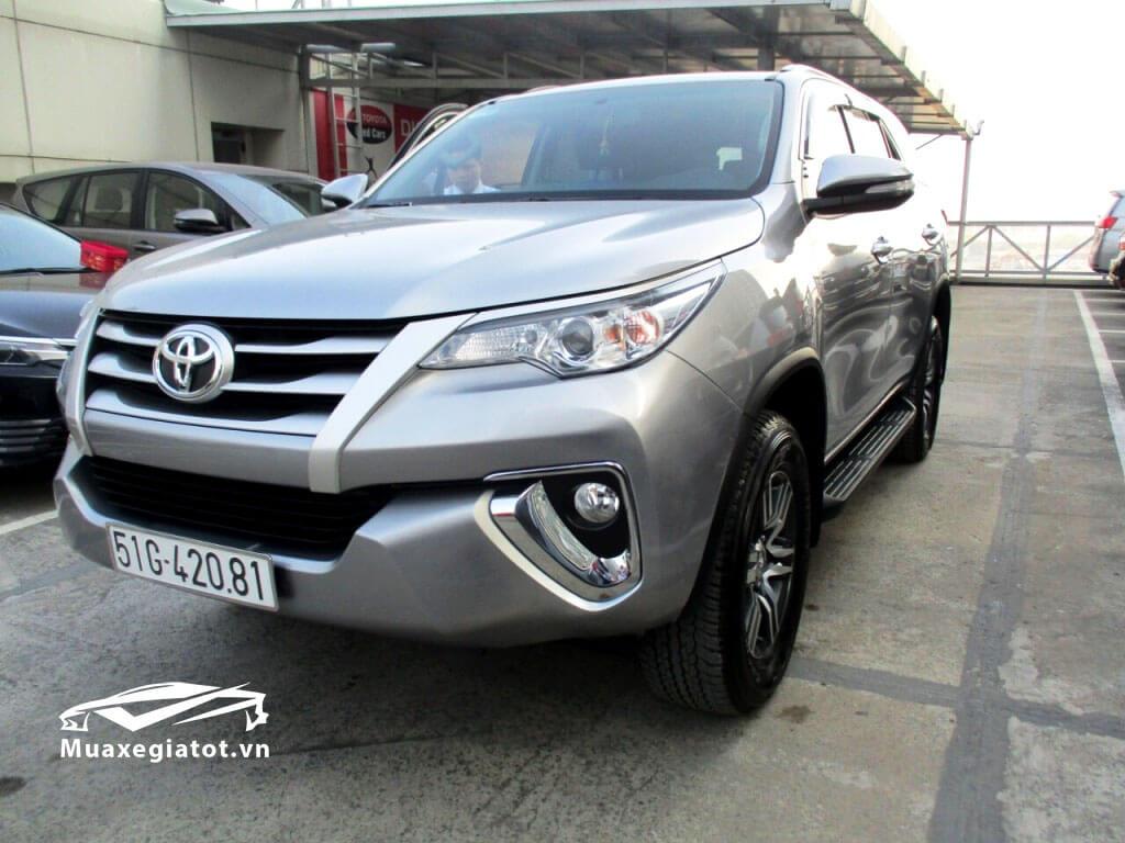 Một chiếc xe Fortuner G 2017 cũ qua sử dụng đang bán tại đại lý Toyota Tân Cảng ở Sài gòn với giá bán từ 950 - 1 tỷ đồng (xe này khá mới )