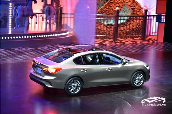 Với chiều dài trục cơ sở tăng thêm 53 mm, xe sedan hạng C này khi nhìn ngang mang tới cảm giác dài và thon hơn.