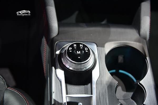 Ford Focus thế hệ mới 2020 sở hữu hàng loạt tiện nghi hấp dẫn như hệ thống thông tin giải trí SYNC 3 với màn hình cảm ứng 8 inch cho khả năng hiển thị sắc nét, hỗ trợ kết nối Apple CarPlay/ Android Auto, đĩa sạc điện thoại không dây.