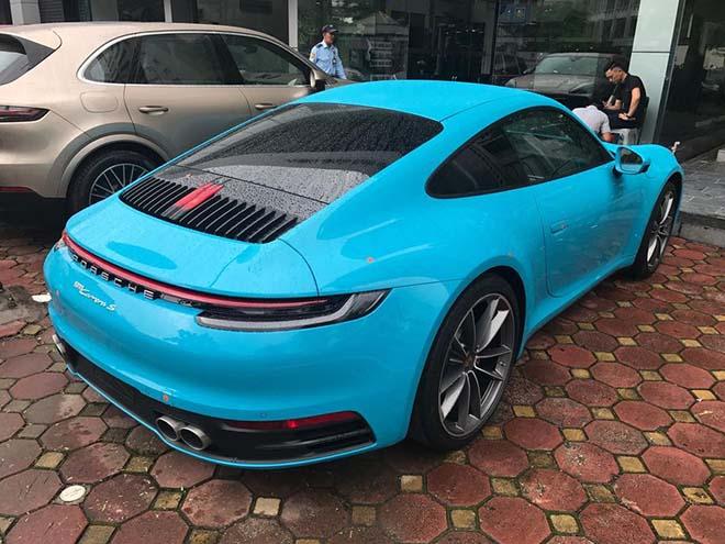 Duoi-xe -Porsche-911-Carrera-S-moi-tai-Viet-Nam-voi-mau-xanh-duong-Miami-Blue-doc-la-2020-MuaxeGiatot-com