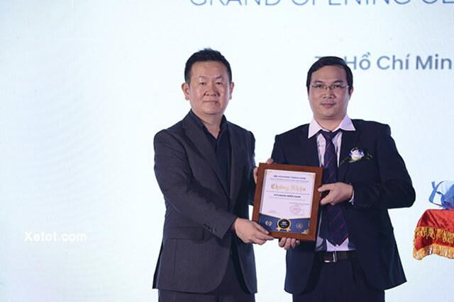 Đại diện Hyundai Thành Công Thương Mại trao giấy chứng nhận đại lý 3S cho Hyundai miền Nam.