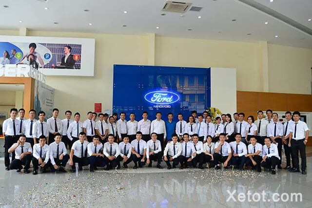 doi-ngu-nhan-vien-dai-ly-ha-noi-ford-Xetot-com