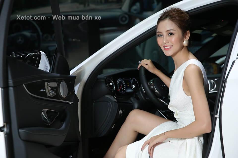 nguoi-dep-ben-xe-mercedes-benz-c200-exclusive-2020-05-Xetot-com