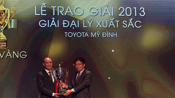 toyota-my-dinh-dai-ly-xuat-sac-2013-Xetot-com