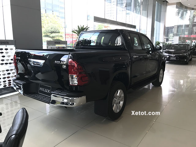 Toyota Hilux 2.4 4x4 MT 2020 (Số sàn,2 cầu) - Đuôi xe