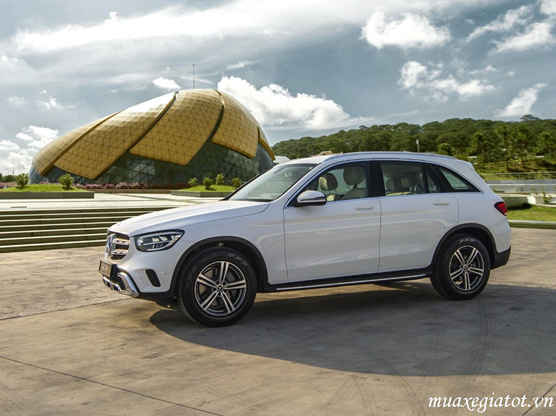 Mercedes-Benz-GLC-200-8