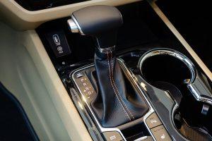 van hanh kia sedona 02 42313j 300x200 - Đánh giá xe Kia Sedona Deluxe - Minivan Full-size của Kia giá 1,01 tỷ đồng liệu có xứng đáng để tậu?