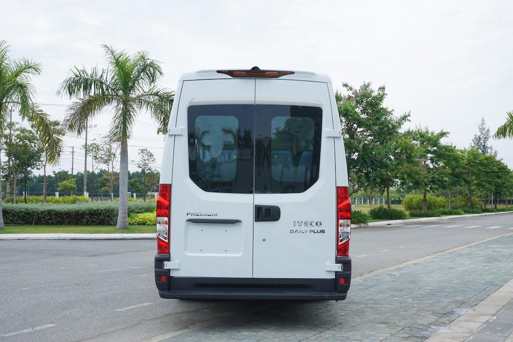 duoi-xe-minibus-iveco-daily-2020-2021-xetot-com-blog