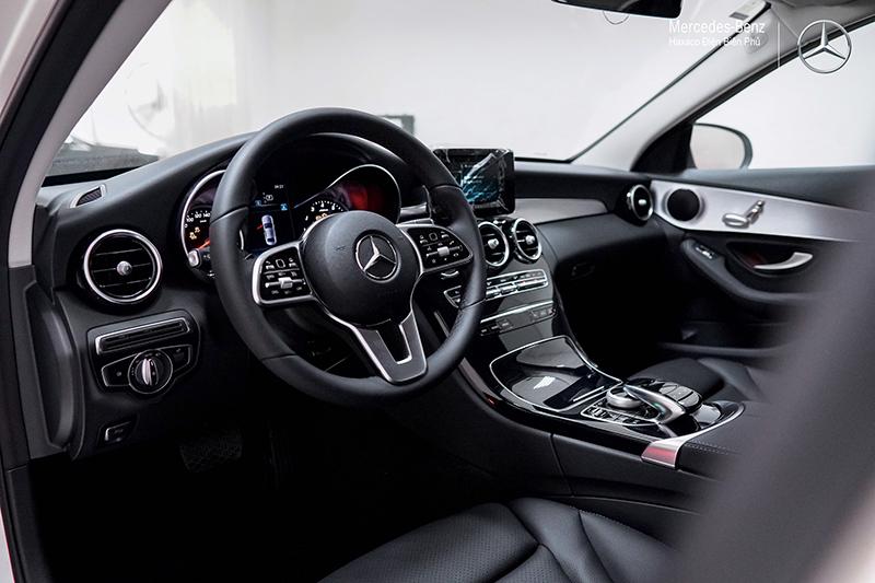 ghe truoc xe mercedes benz c180 amg 2021 muaxegiatot vn 13 - Đánh giá xe Mercedes C180 AMG 2021 – Giá 1,5 tỷ cạnh tranh Audi A4, BMW 3-Series
